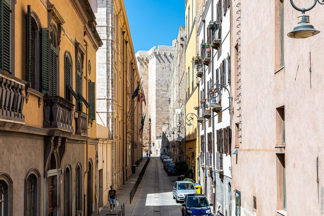 Ульца Карьяри упирается к репостную башню. Quartiere Castello, Cagliari, Sardinia, Italy