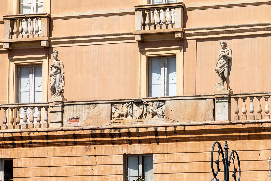 Скульптуры в тогах на доме в Кальяри, Сардиния