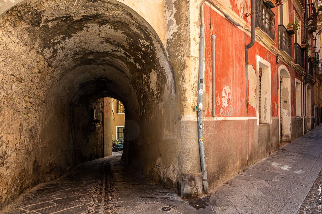 Переулок под аркой, Кальяри, Сардиния, Италия. Vico II Alberto Lamarmora, 09124 Cagliari CA, Italy