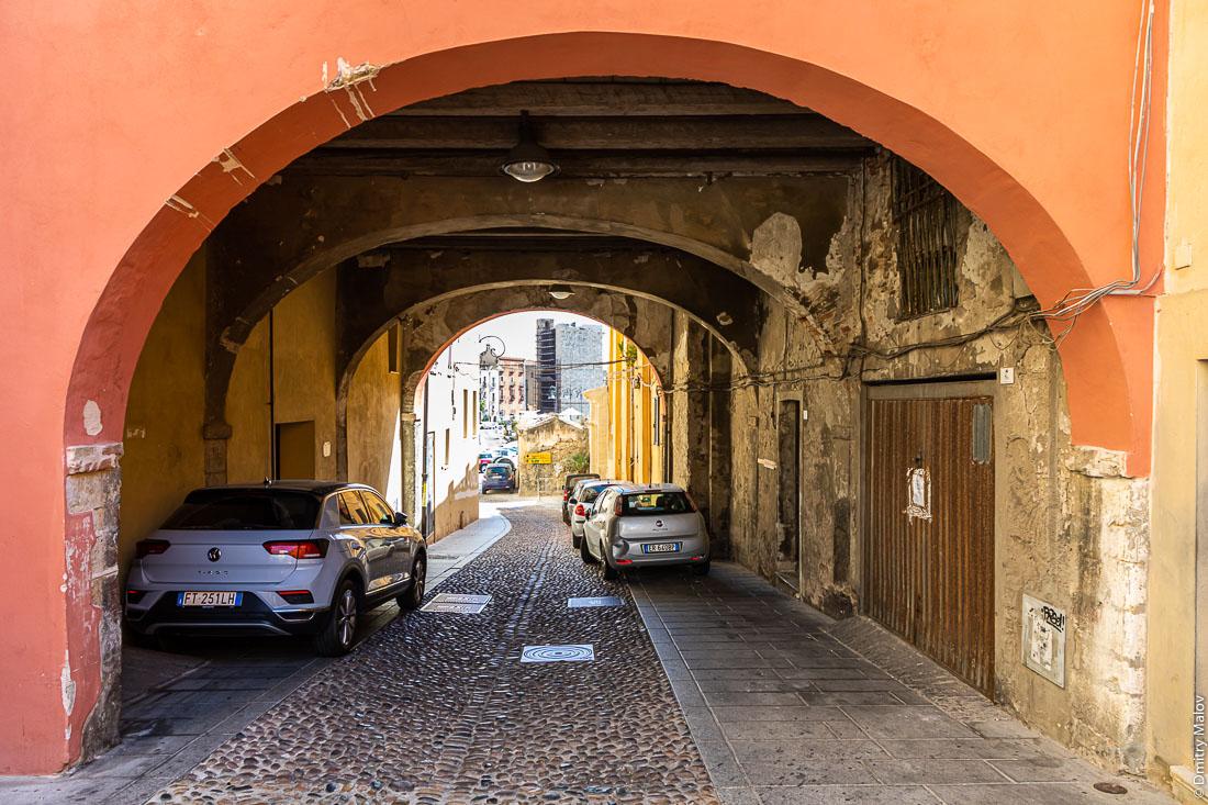 Улица под аркой, Кальяри, Сардиния, Италия. Via Santa Croce, Cagliari, Sardinia, Italy