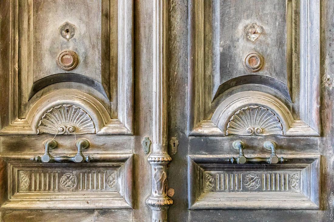 Резные парадные двери и ручки на итальянской улице, Кальяри, Сардиния
