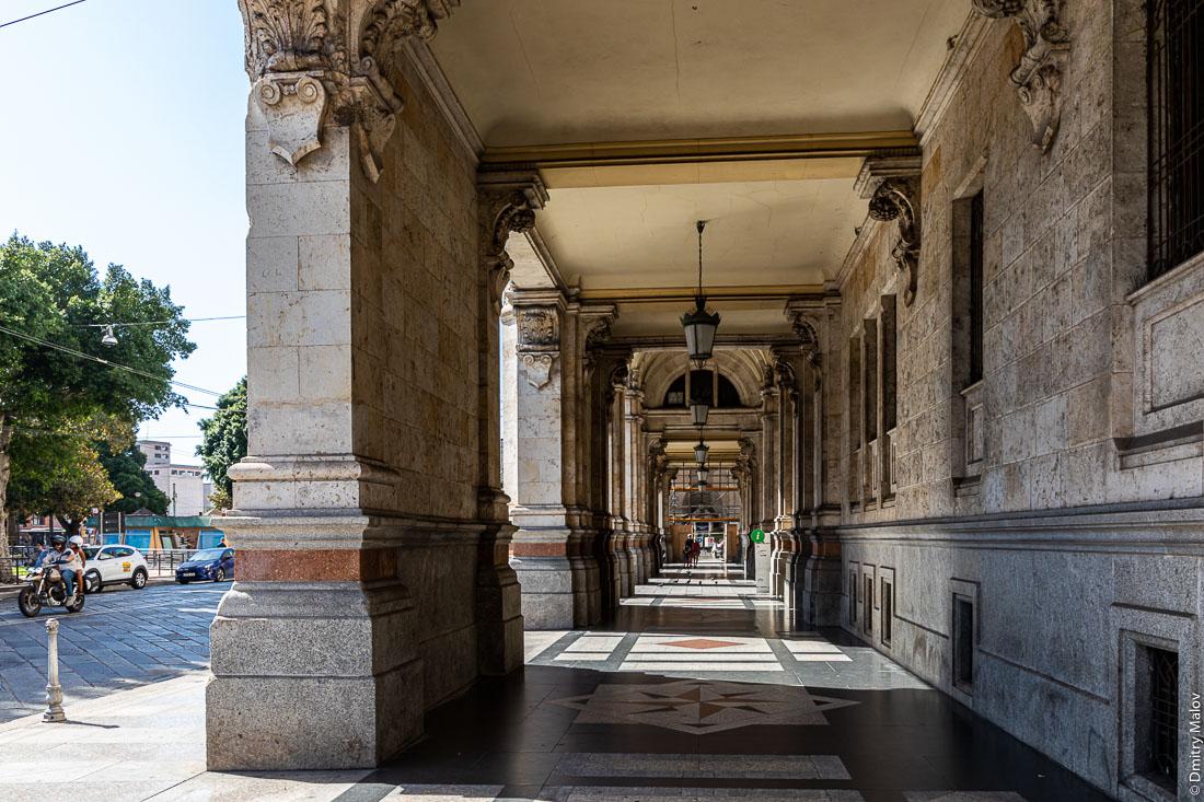 Улица с крытыми тротуарами. Via Roma, Cagliari, Sardinia, Italy