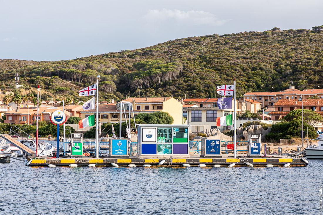Два флага Сардинии на плавучей заправке яхт в марине