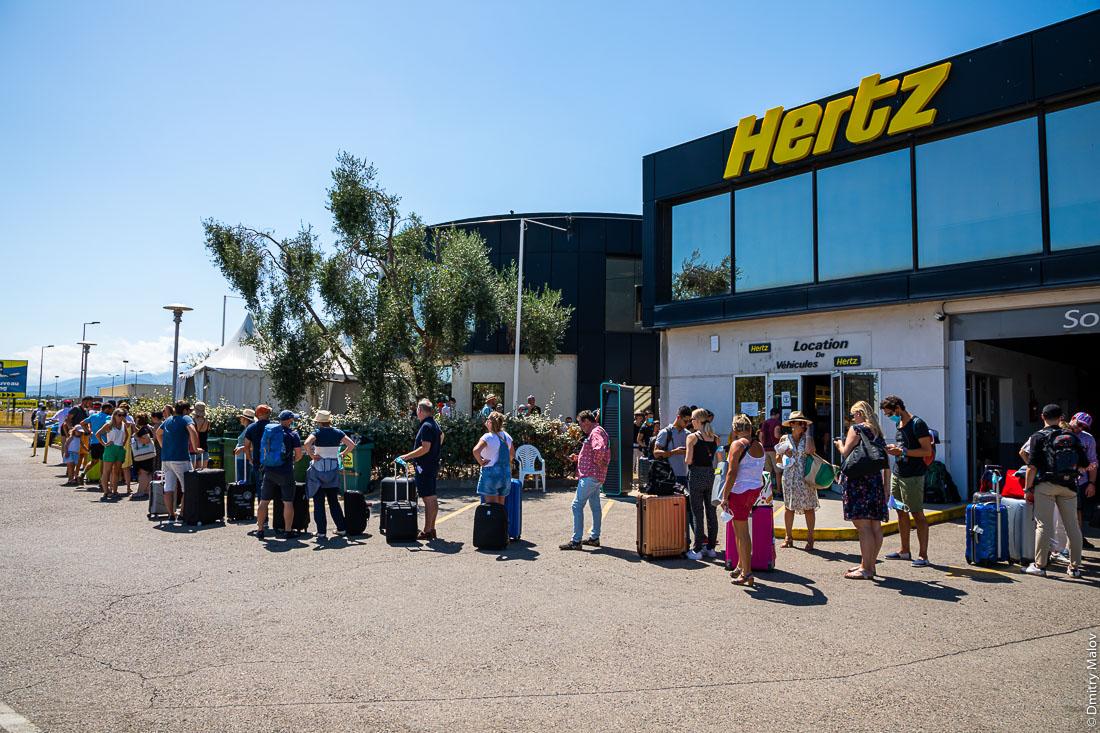 2 hour long queue to Herz in Bastia, Corsica. Многочасовая очередь в автопрокат Герц в аэропорту Бастии, Корсика