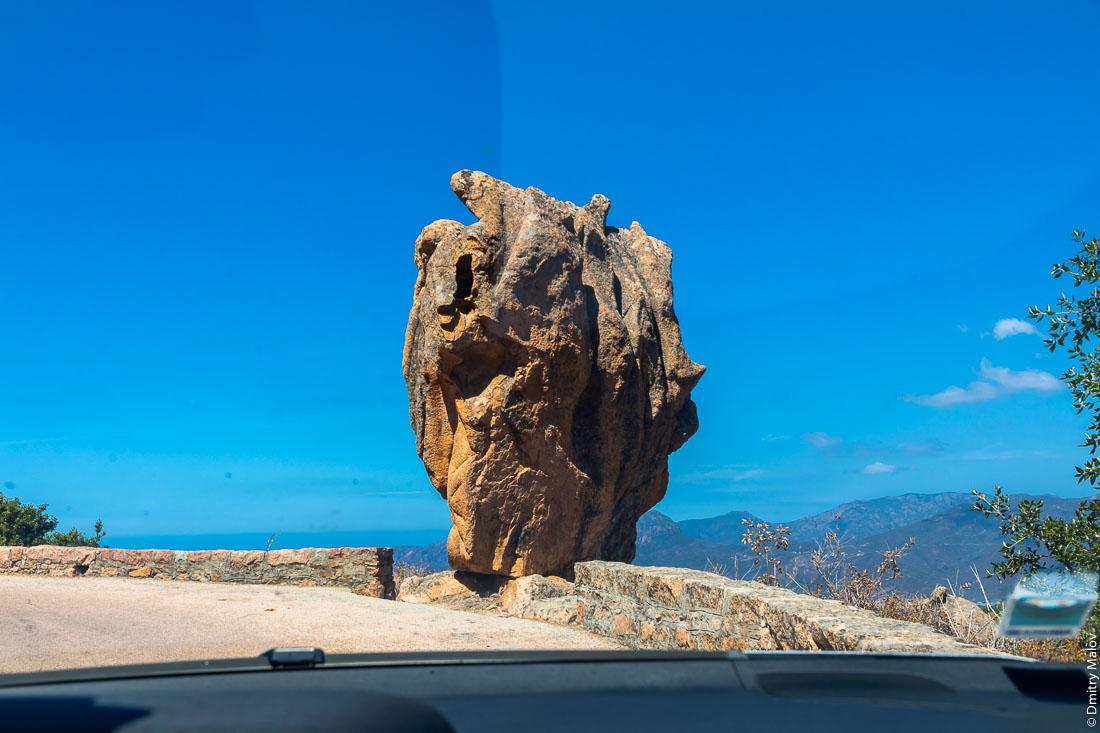 Гигантский скальный останец у дороги, Корсика. Huge roadside rock, Corsica