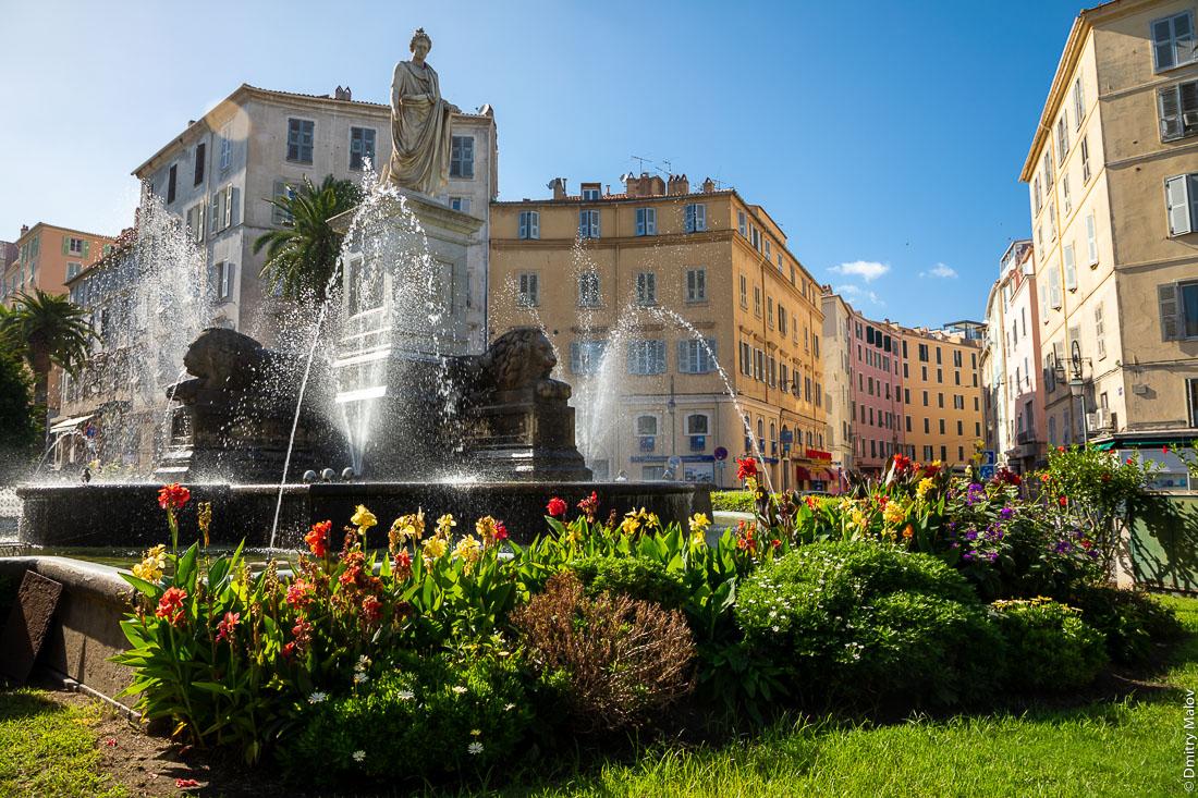 Статуя Бонапарта как римского консула в центре Аяччо, Корсика. Place Foch - statue of Bonaparte as a Roman consul, Ajaccio city center, Corsica.