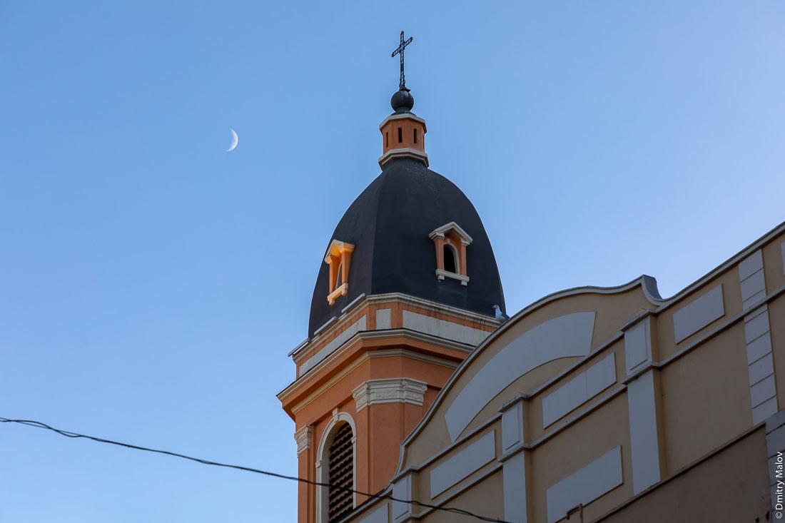 Крест церкви и полумесяц в небе, Аяччо, Корсика