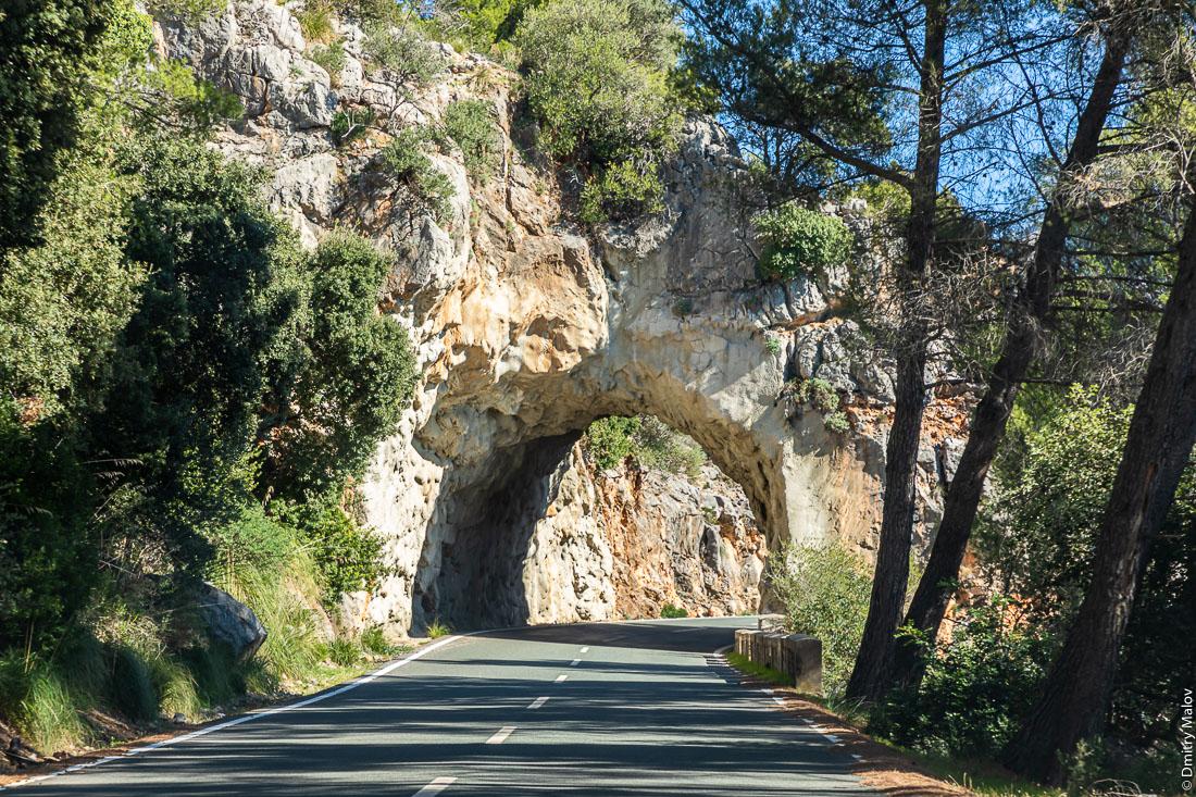 Старый тоннель без обделки в горах Мальорки, Испания