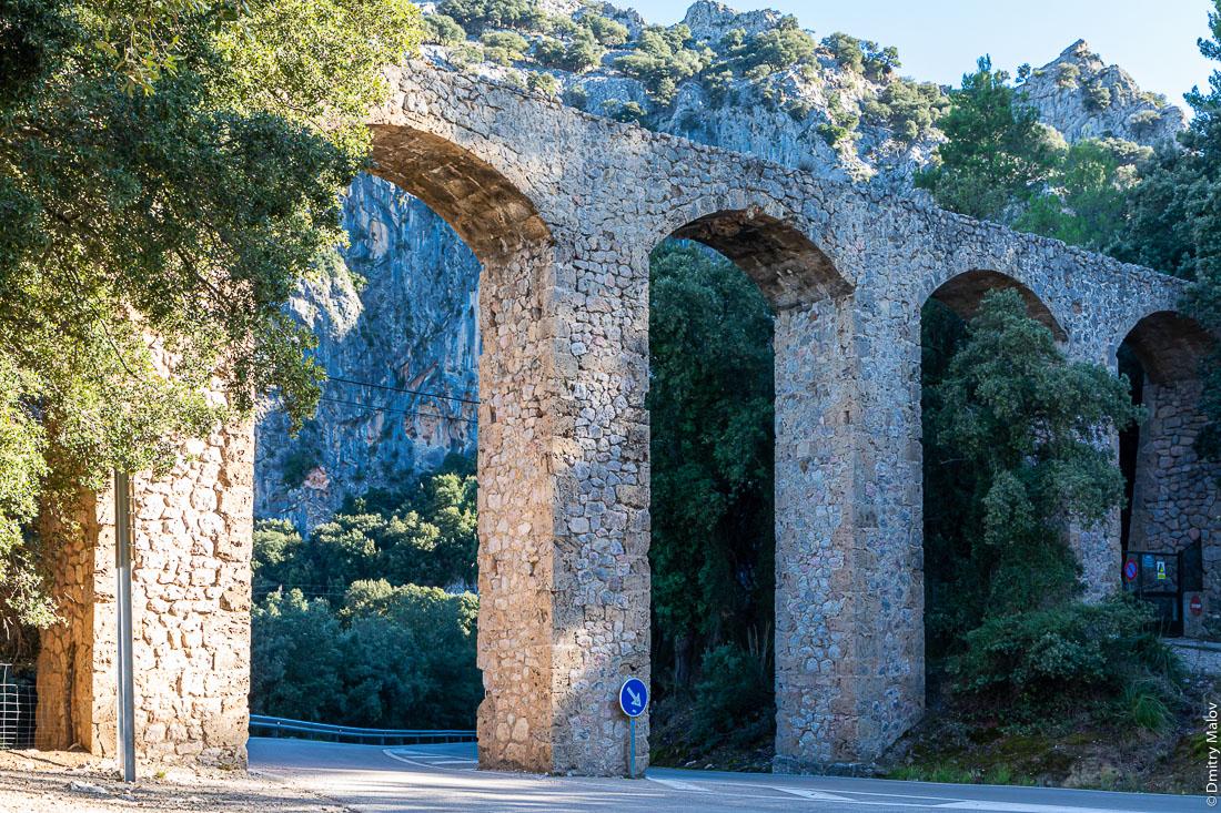 Исторический акведук в горах. Майорка, Испания.