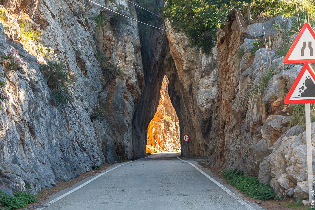 Старый тоннель без обделки в горах Майорки, Испания