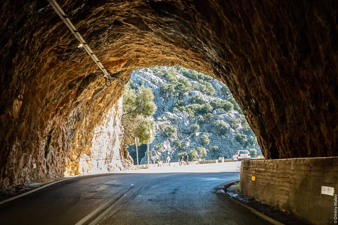 Старый тоннель без обделки в горах. Майорка, Испания
