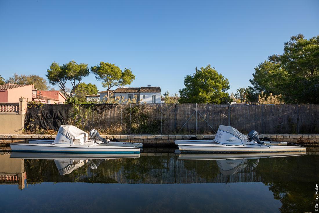 Два катамарана на канале. Av. Canal Gran, Alcúdia, Mallorca, Illes Balears, Spain