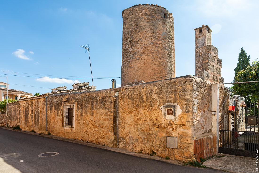 Старые ветряные мельницы. Майорка, Испания.
