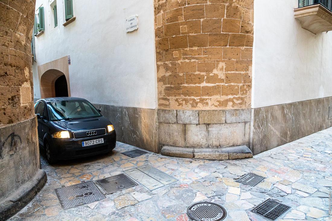 Перекрёсток старых узких улочек. Пальма-де-Мальорка. Углы домов закругляются