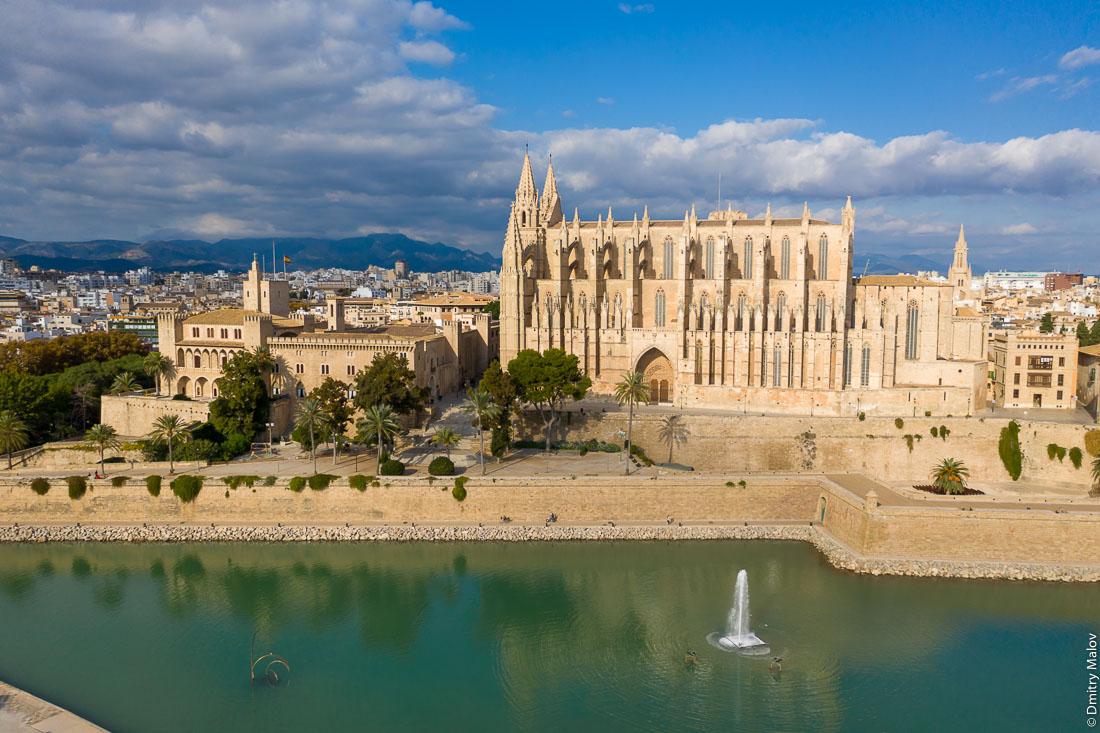 Королевский дворец Ла Альмудайна. Кафедральный собор Санта-Мария, Пальмский собор. Панорамный снимок с высоты птичьего полёта. Пальма-де-Мальорка.