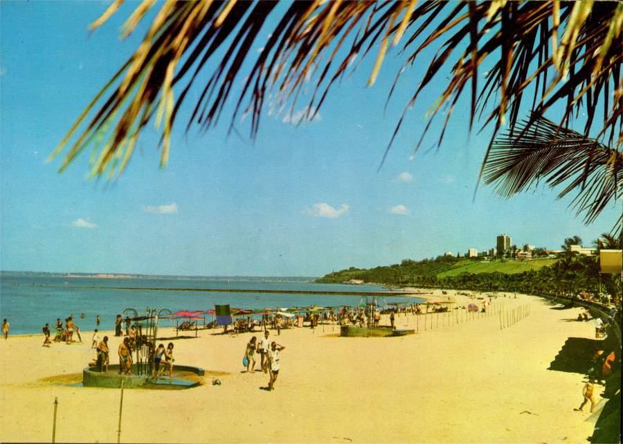 Шикарный желтый песчаный пляж Индийского океана в Лоренсу-Маркиш. Винтажная открытка