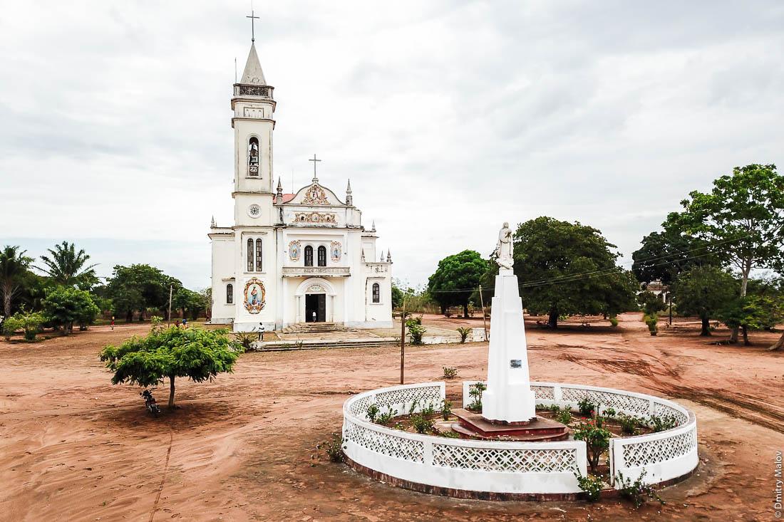 Католическая церковь Santuário de S. M. Mãe do Redentor, Meconta, Mozambique. Шоссе Нампула - остров Мозамбик, Мозамбик, Африка