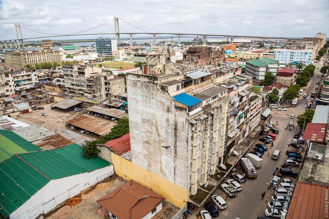 Вид на центр Мапуто, Мозамбик с самым большим в Африке подвесноым мостом Мапуту—Катембе