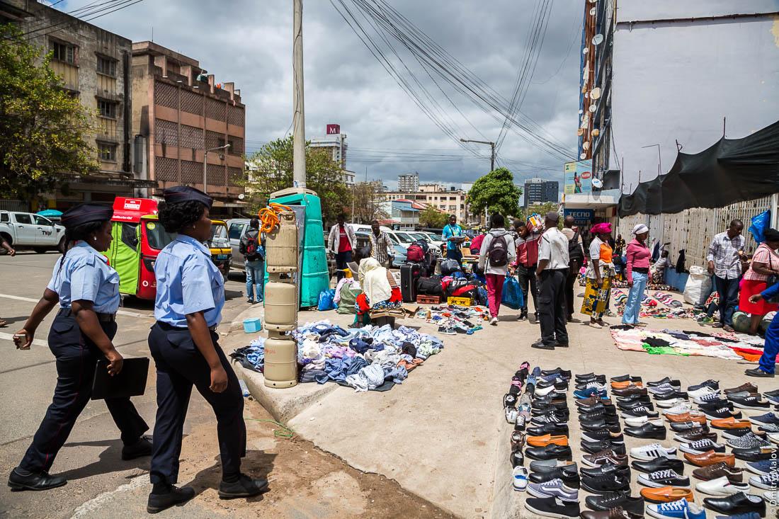 Полиция собираются проинспектировать уличный торговлю, развал обуви. Мапуто, Мозамбик