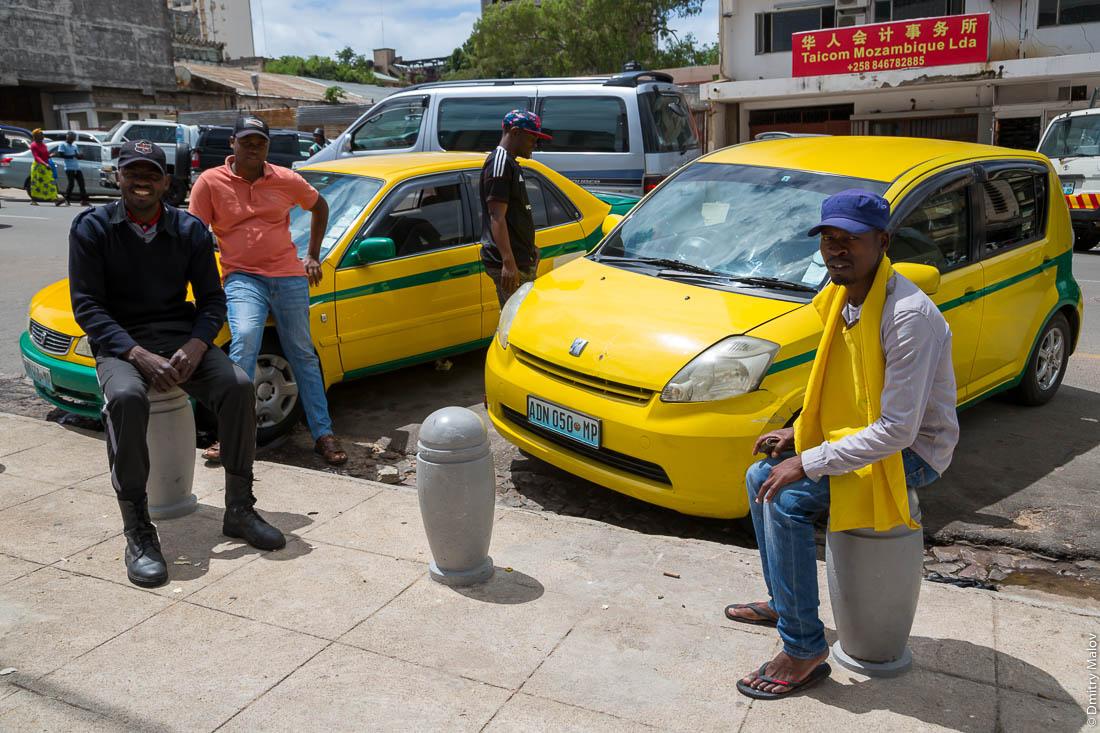 Уличные парковщики. Мапуто, Мозамбик