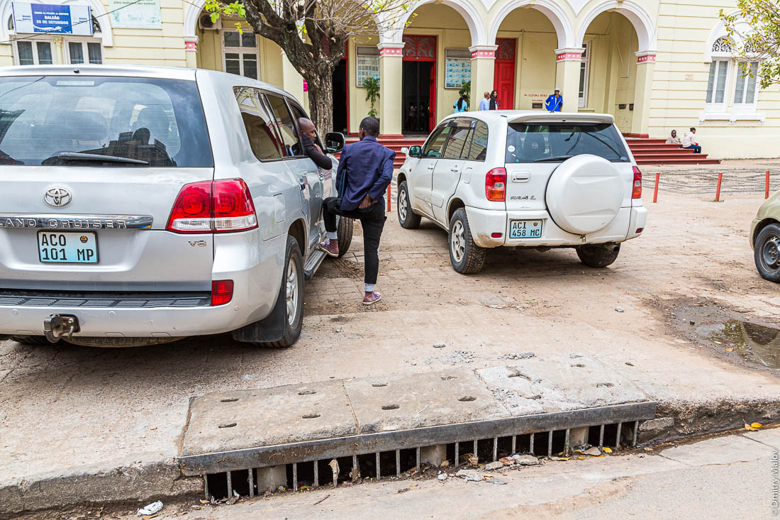 Гигантские джипы стоят на тротуарах. Ливневая канализация. Город Мапуто, Мозамбик, Африка