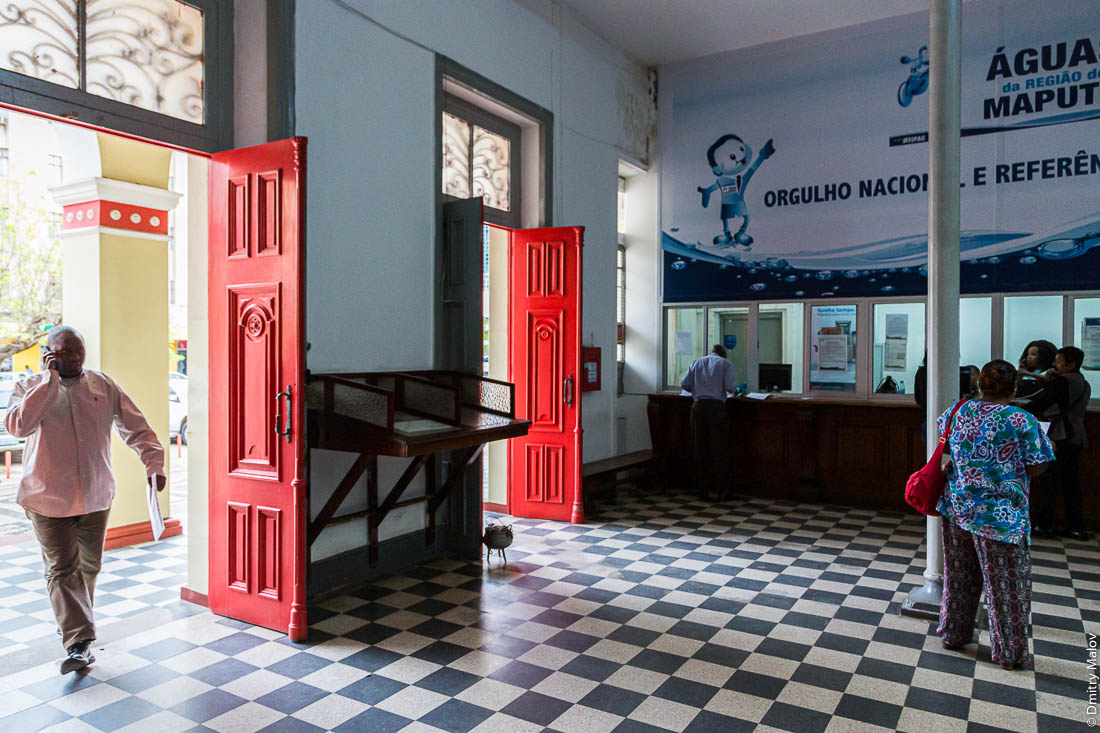 Внутри почтампта. Город Мапуту, Мозамбик, Африка