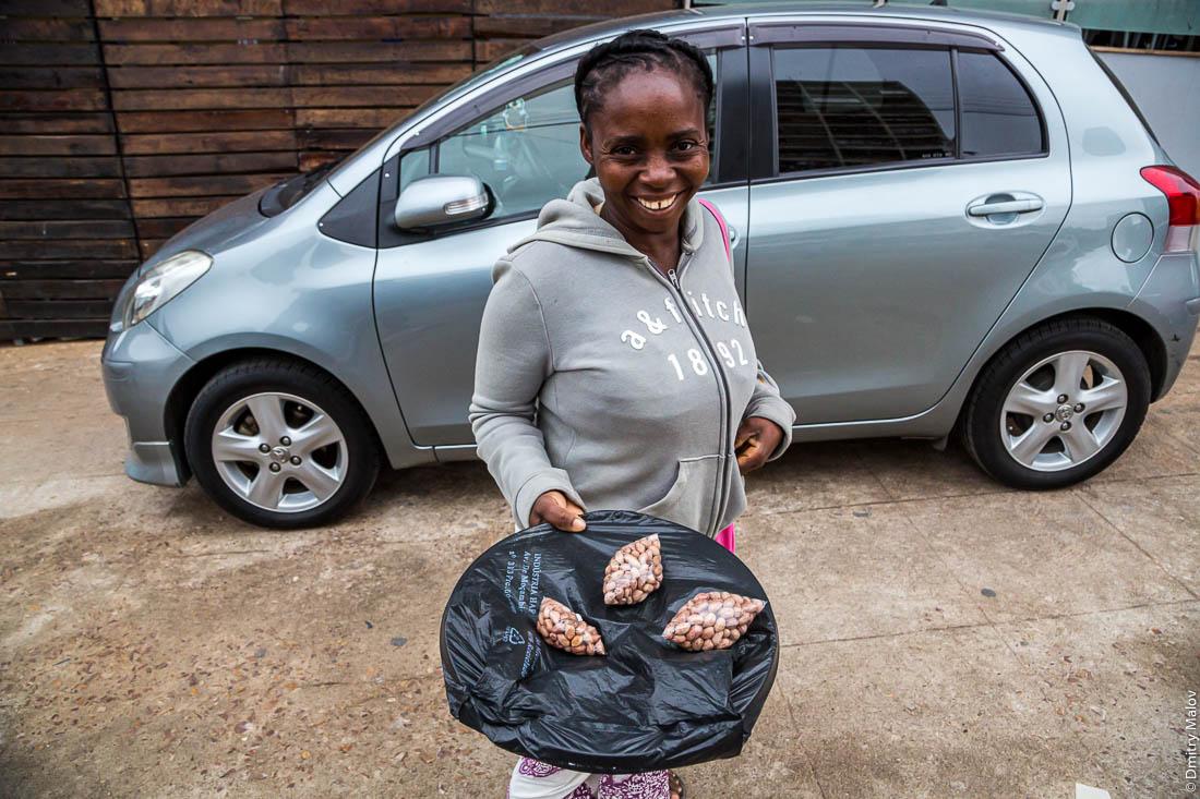 Продажа уличной еды - негритянка продаёт арахис. Город Мапуто, Мозамбик, Африка