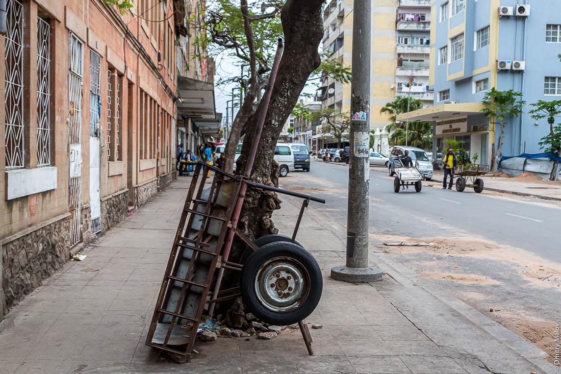 Пустая перевёрнутая телега на улице. Город Мапуто, Мозамбик, Африка