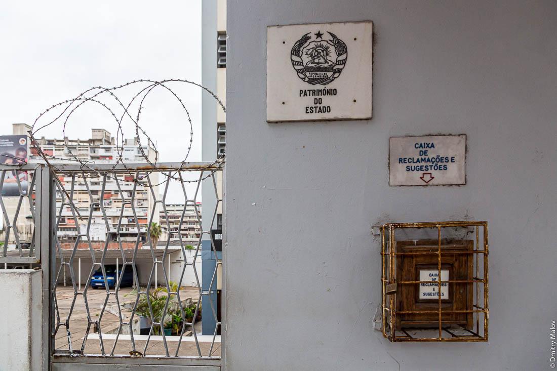 Зарешеченные амбразуры окон. Мапуто, Мозамбик