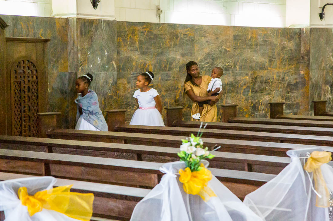 Девочки на свадьбе. Женщина с ребёнком. Кафедральный Собор Непорочного Зачатия Пресвятой Девы Марии, Мапуто, Мозамбик, Африка. Шедевр ар-деко
