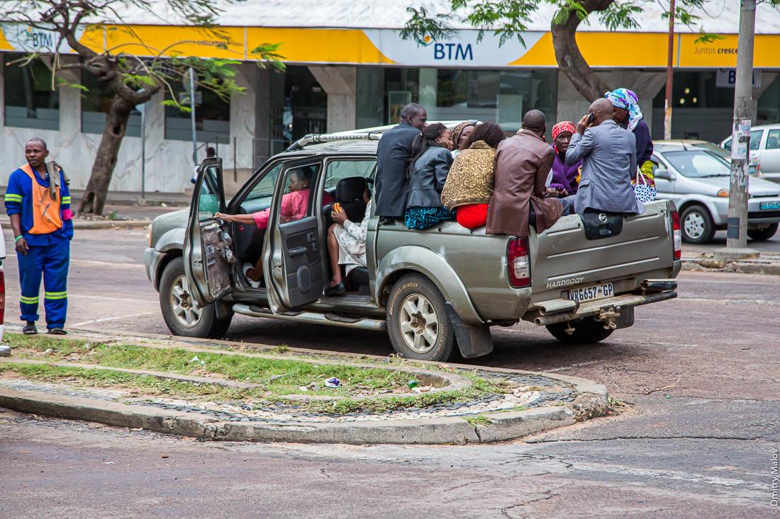 Пассажиры набиты в кузов пикапа. Город Мапуто, Мозамбик, Африка