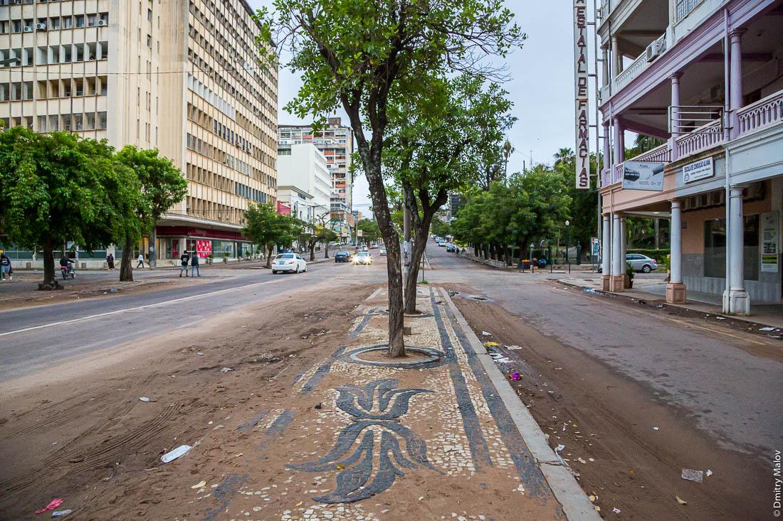 Разрушающийся колониальный португальский тротуар. Мапуто, Мозамбик, Африка.