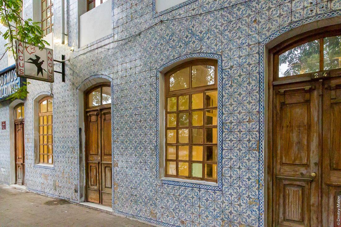 Фасад дома, отделанный португальской глиняной плиткой-изразцами азулежу, Мапуту, Мозамбик