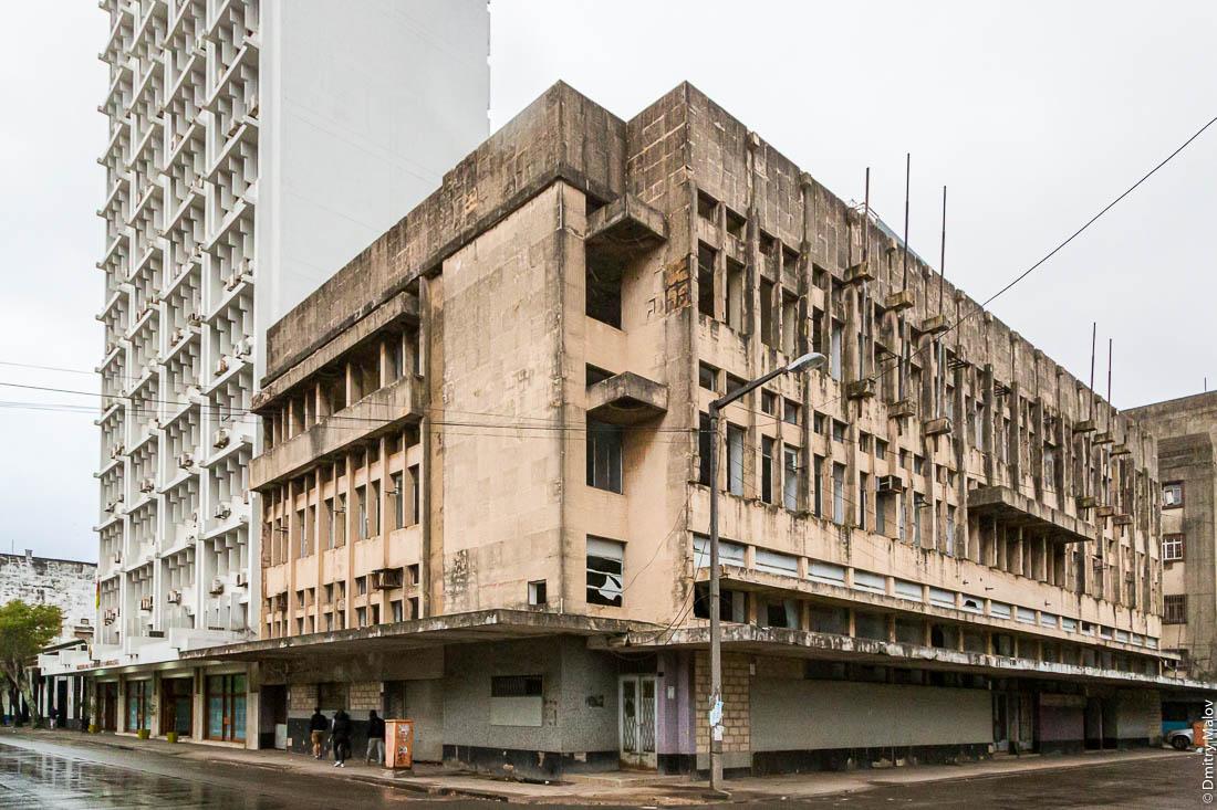 Бруталистское здание. Мапуту, Мозамбик, Африка.