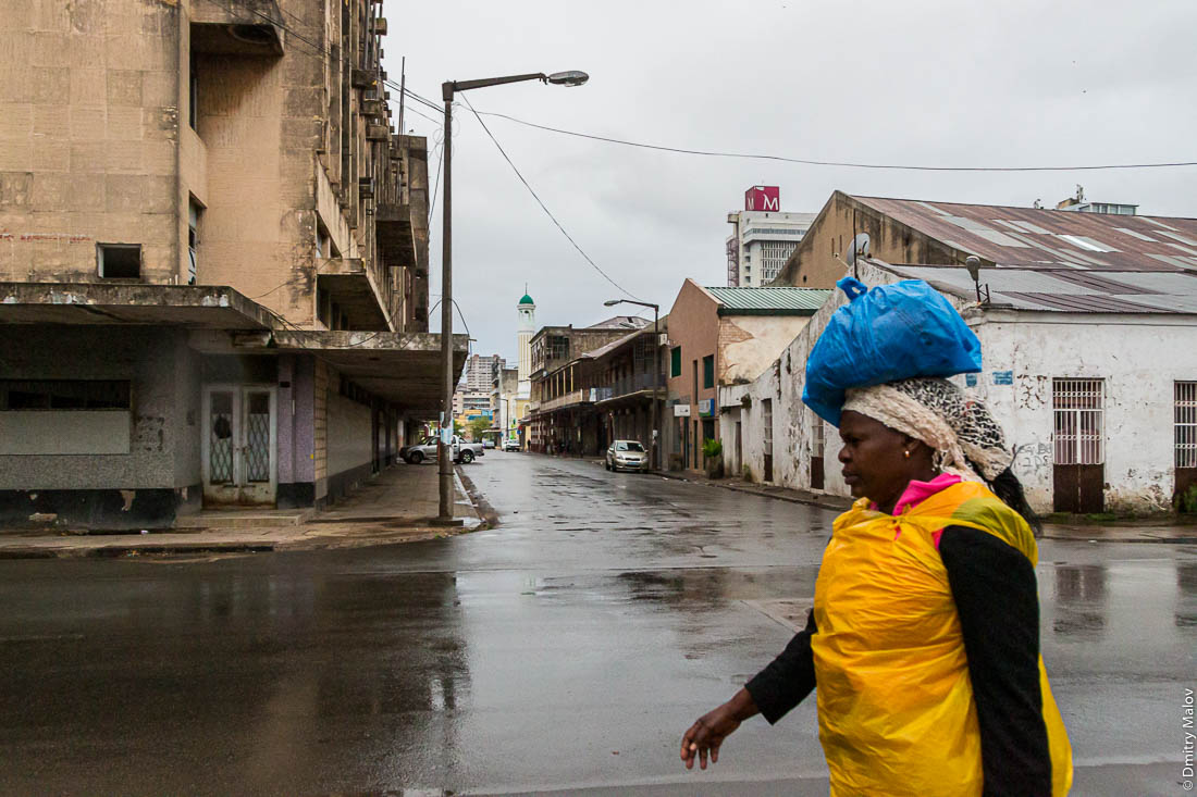 Африканка несёт баул на голове. Город Мапуто, Мозамбик, Африка