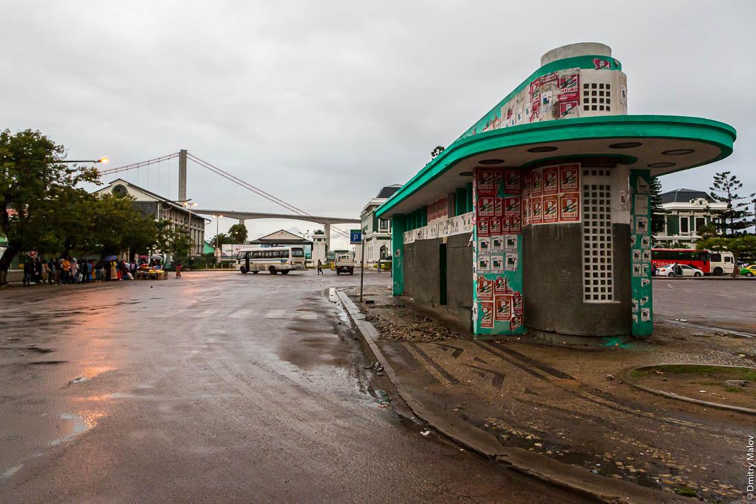 Автобусная остановка на площади главного воказала в стиле-ардеко. Мапуту, Мозамбик, Африка.