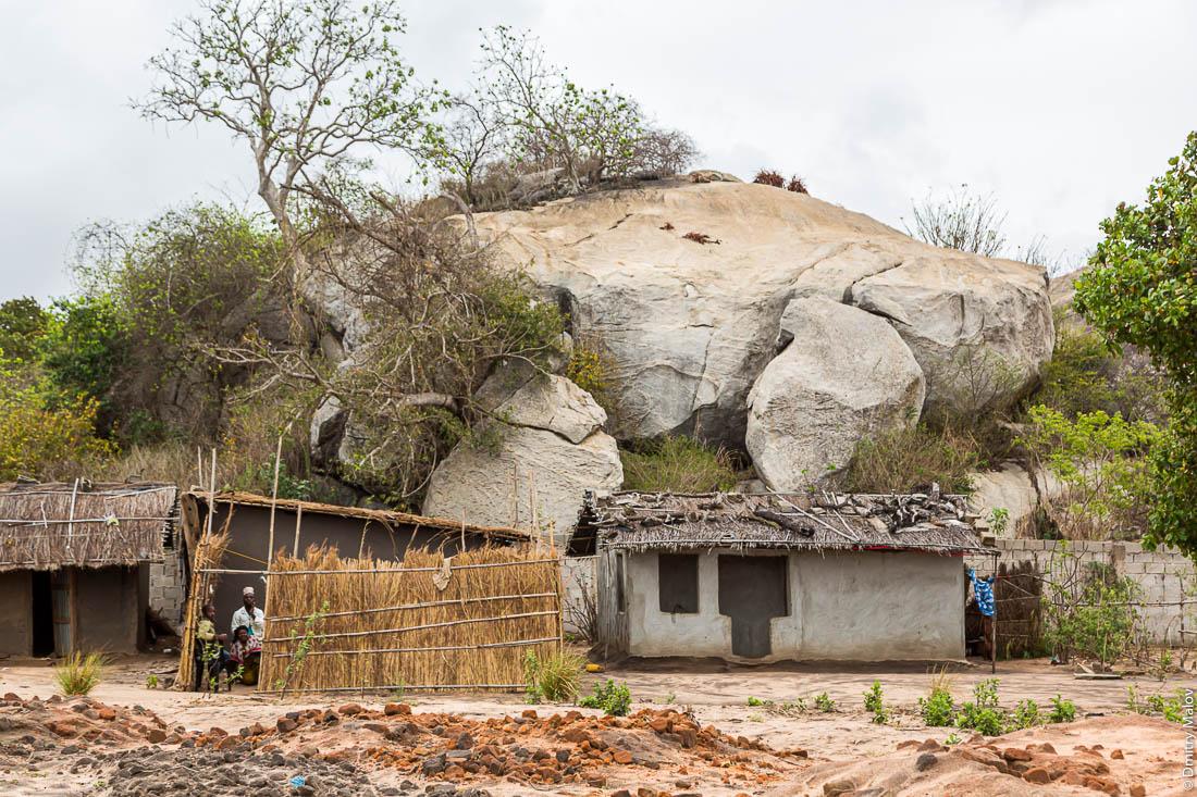 Дома народа макуа на фоне останцев. Дорога Нампула - остров Мозамбик, Мозамбик, Африка