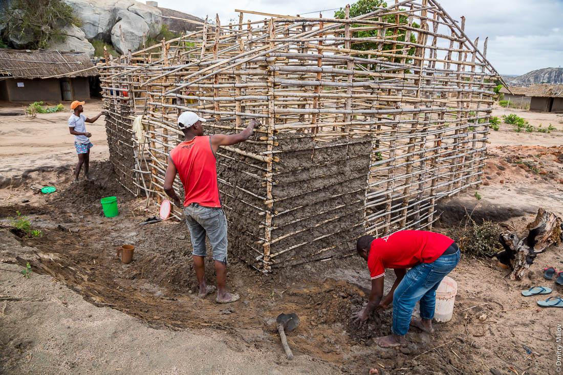 Строительство африканского глинобитного дома с каркасом из дерева и веток. Народ макуа. Дорога Нампула - остров Мозамбик, Мозамбик, Африка
