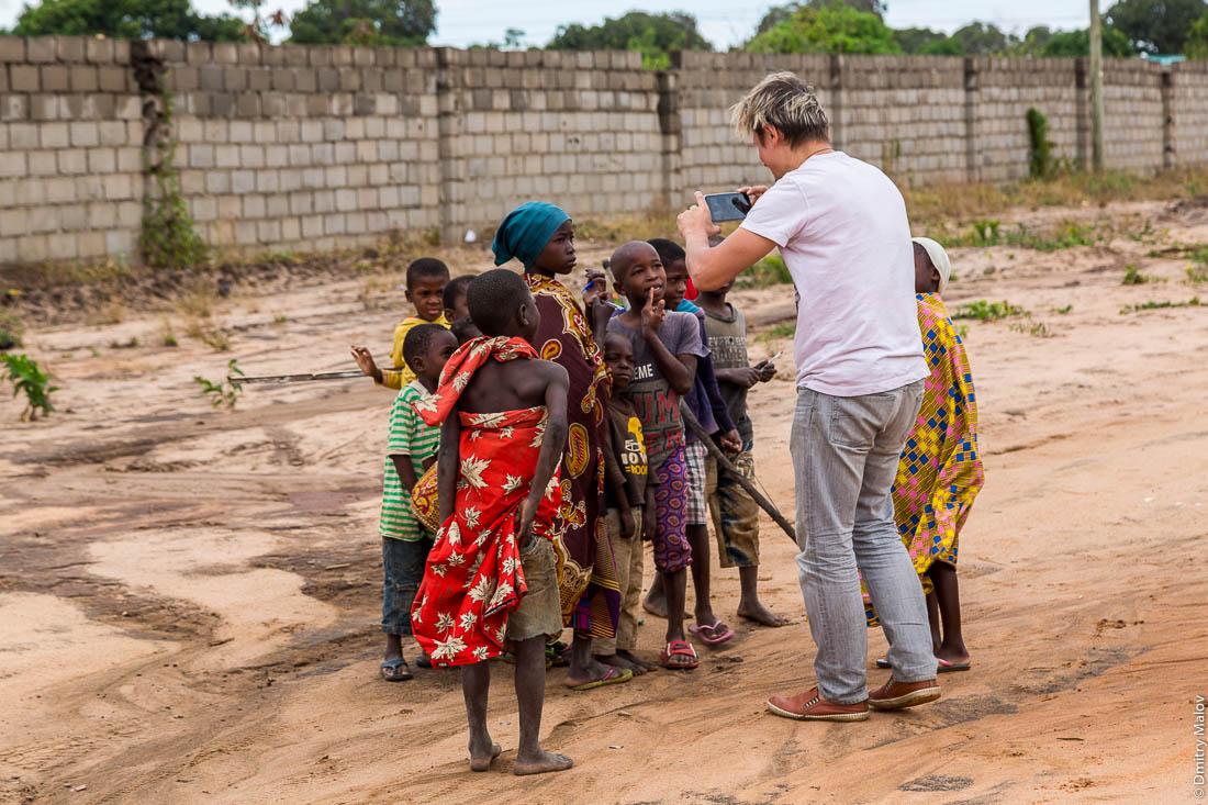 Михаил Серяков фотографирует африканских детей. Нампула, Мозамбик, Африка