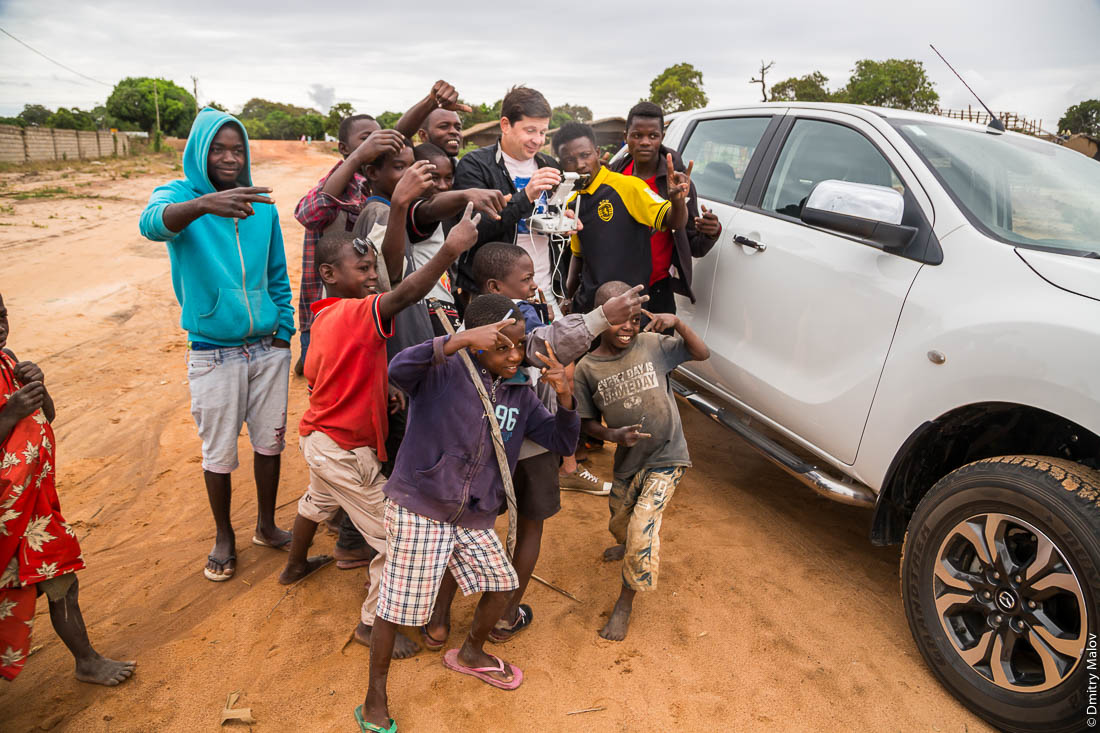 Денис Карепин запускает дрон среди африканских детей. Нампула, Мозамбик, Африка