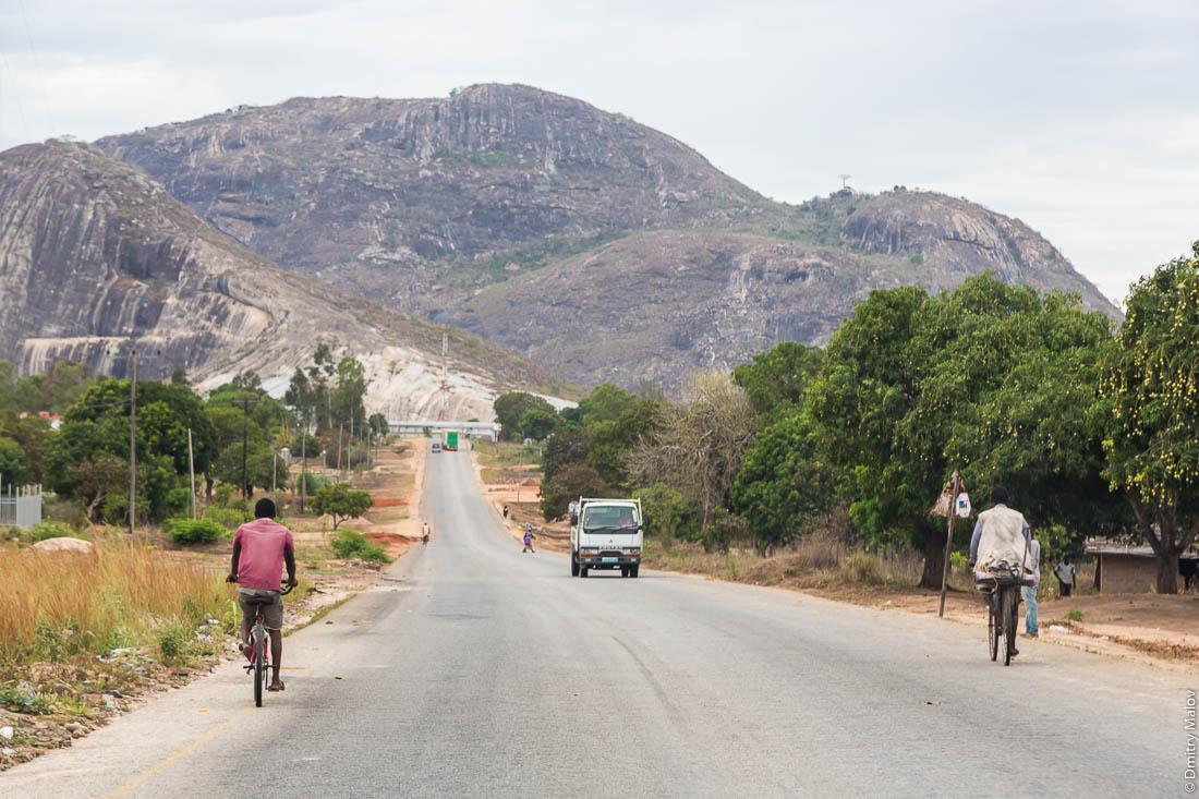 Скалы-останцы. Дорога Нампула - остров Мозамбик, Мозамбик, Африка