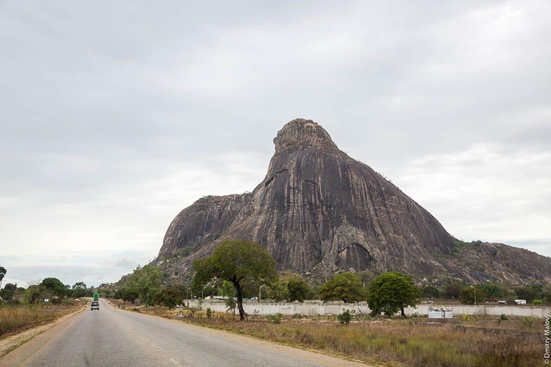 Гора-останец. Дорога Нампула - остров Мозамбик, Мозамбик, Африка