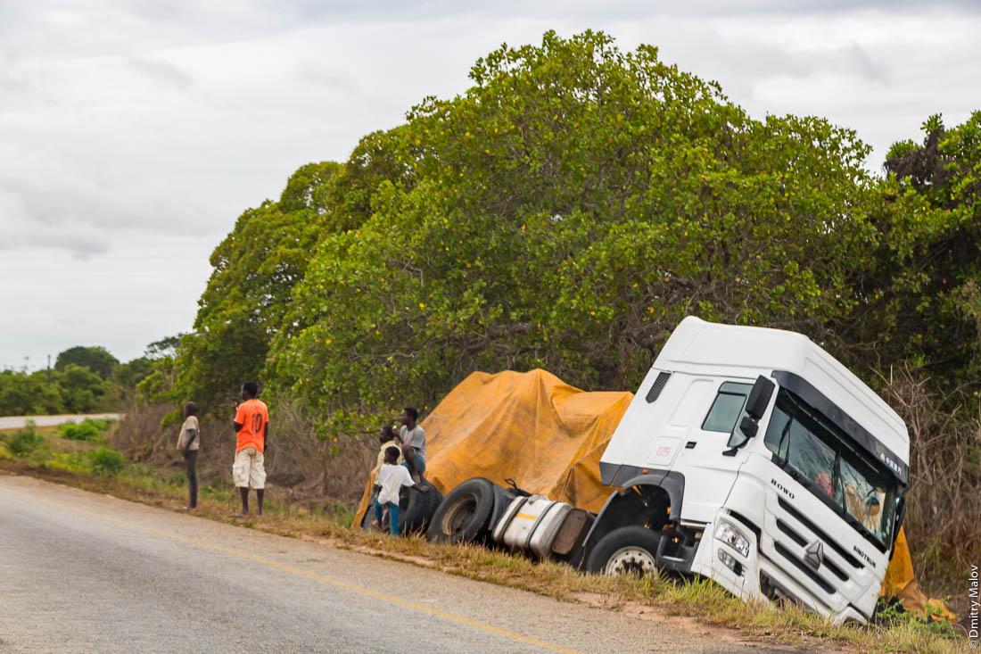 Перевернувшийся грузовик. Африканская дорога, Нампула, Мозамбик, Африка
