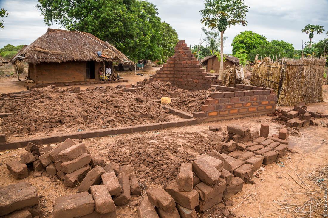 Африканские хижины, дома из необожженного кирпича. Нампула, Мозамбик, Африка
