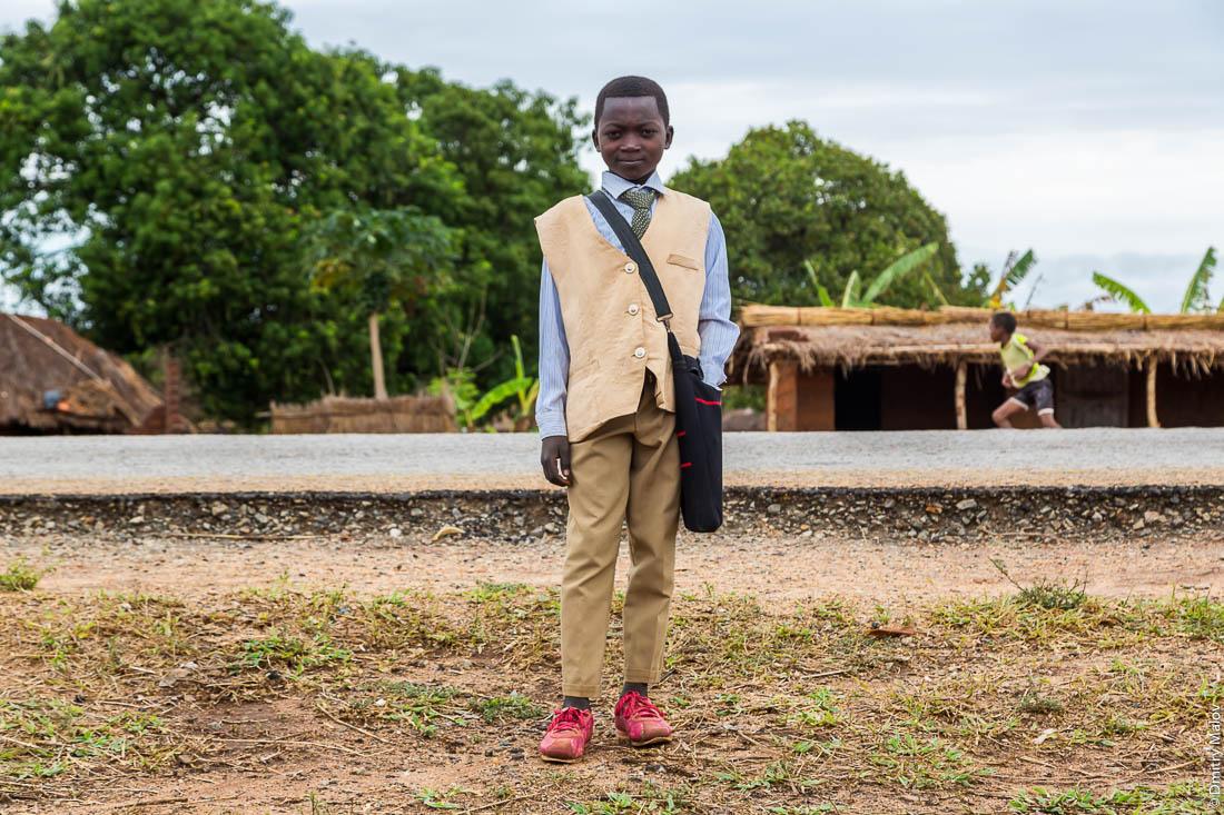 Мродно стильно одетый африканец, парень, подросток, мальчик. Нампула, Мозамбик, Африка
