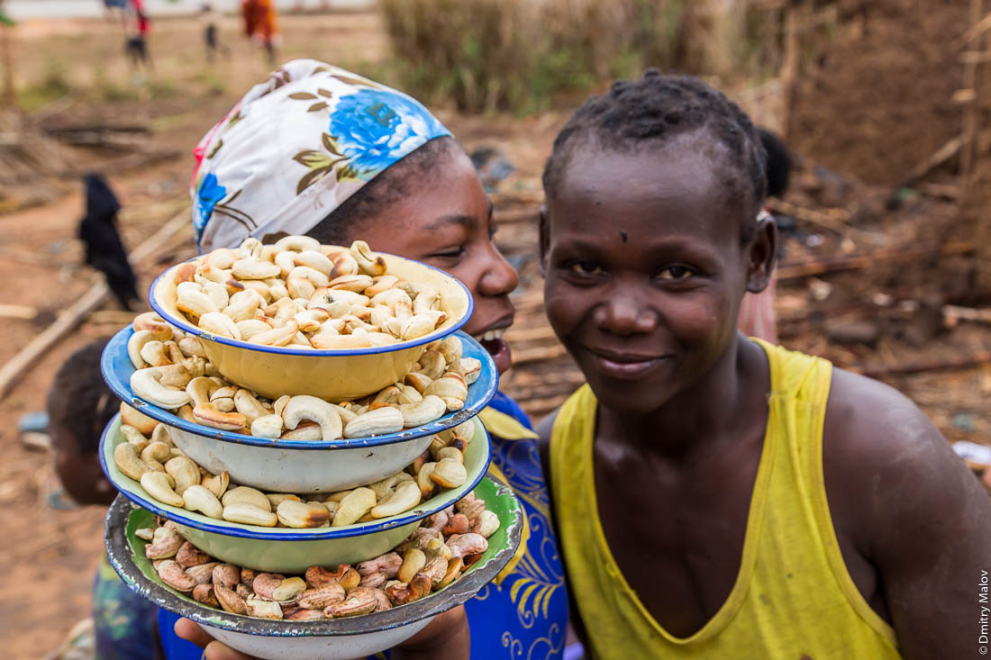 Чёрные подростки, африканские подростки, девочки народа макуа продают орехи кешью. Нампула, Мозамбик, Африка