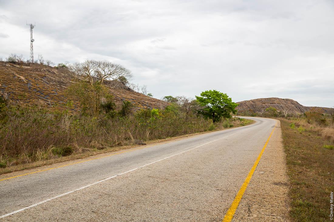Каменные останцы. Дорога Нампула - остров Мозамбик, Мозамбик, Африка