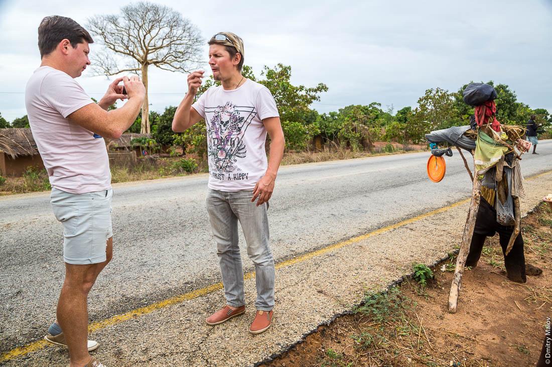 Михаил Серяков и Денис Карепин снимают видеоблог на фоне чучела. Дорога Нампула - остров Мозамбик, Мозамбик, Африка
