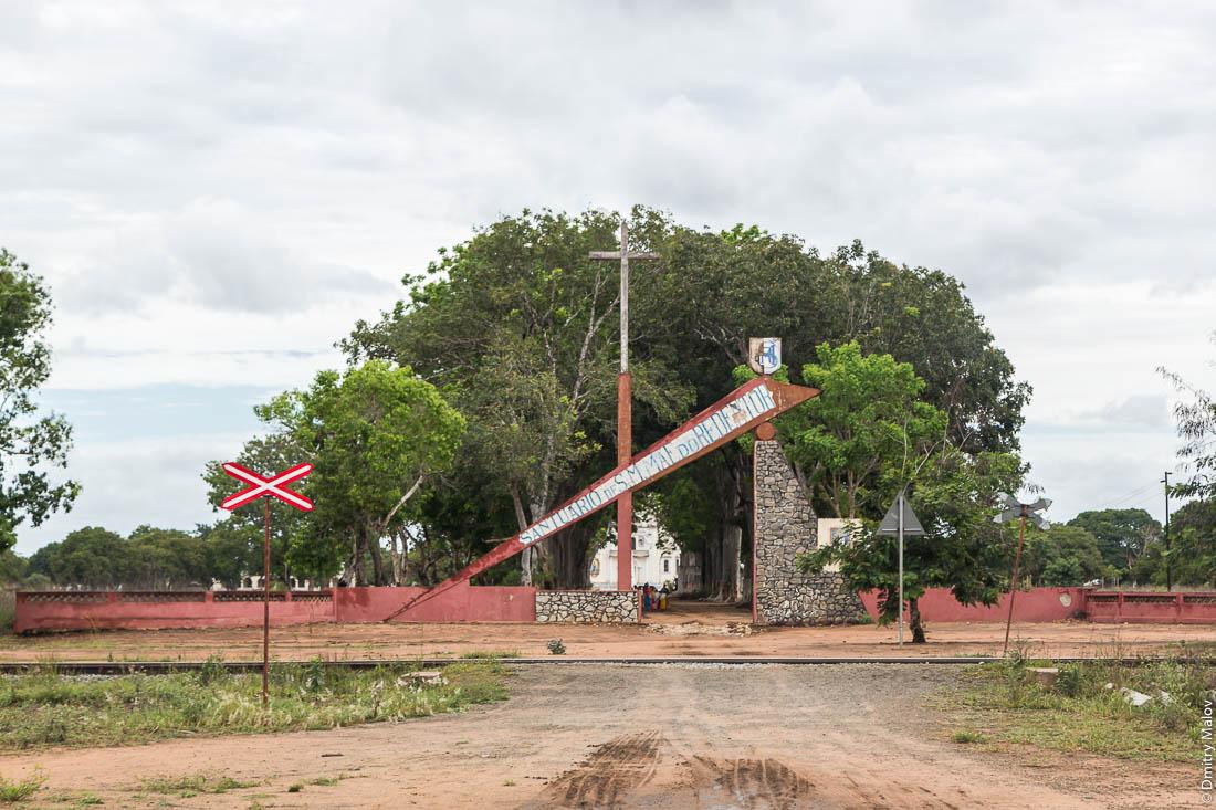 Конструктивистские ворота христианского католического храма. Santuario de S.M.MAE do REDENTOR. Дорога Нампула - остров Мозамбик, Мозамбик, Африка