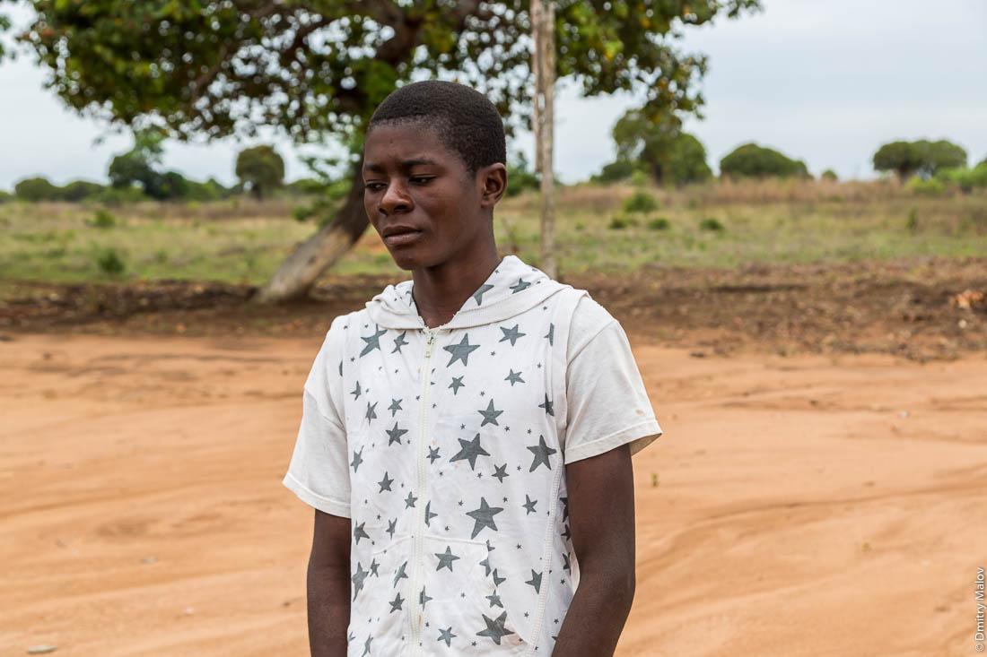 Грустный чёрный африканский парень, народ макуа, Нампула, Мозамбик, Африка